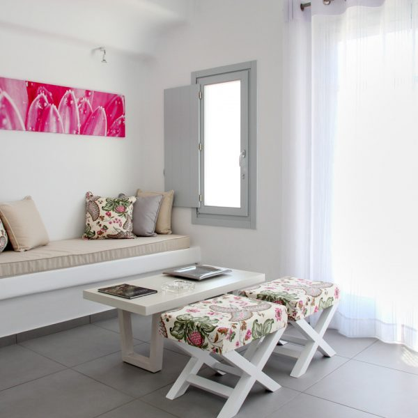 The sea view private pool Hera Villa in Houlakia Bay has an airy & stylishly designed sitting area